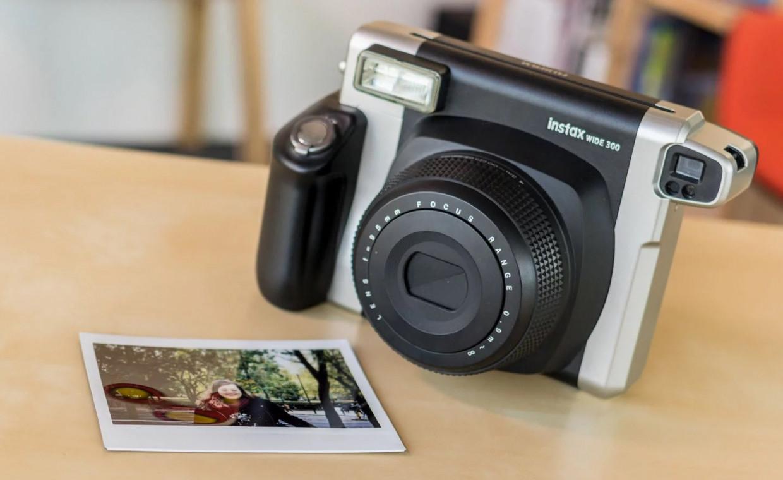 тот фотоаппарат с проявлением снимка взрослый мужик